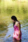 站立在河的年轻日裔美国人妇女湿 免版税库存图片