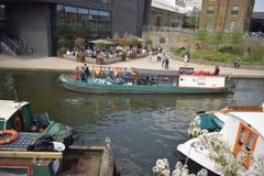 14/04/2018站立在河道旁边的游人在伦敦英国 免版税库存照片