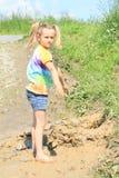 站立在泥的讨厌的女孩 库存照片