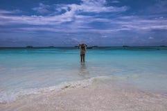 站立在海后的妇女在酸值Tachai海岛,泰国 库存照片
