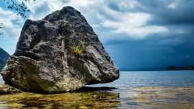站立在海洋上的巨型岩石在一风暴日 免版税库存照片