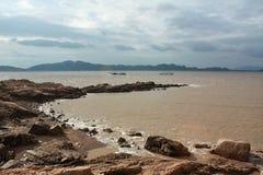 站立在海滩俯视 免版税库存图片
