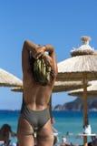 站立在海滩的性感的妇女背面图 图库摄影