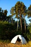 站立在海滩野营的斑点的白色帐篷在湖Vänern在瑞典 太阳是光亮的和很快是日落 帐篷是替换者 库存图片