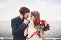 站立在海的一个码头的结婚的婚姻的夫妇 图库摄影