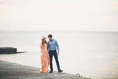 站立在海的一个码头的结婚的婚姻的夫妇 免版税库存图片