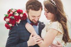站立在海的一个码头的结婚的婚姻的夫妇 免版税图库摄影