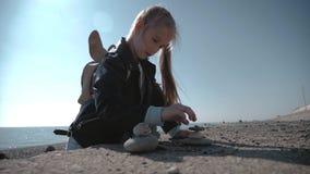站立在海的岸的堆圆的石头 平衡和和谐的概念 在海的海岸的岩石 影视素材