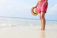 站立在海的老人细节海滩假日 免版税库存照片