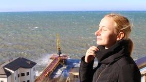 站立在海的阳台的女孩 股票录像
