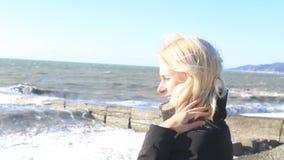 站立在海的阳台的女孩 股票视频