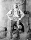 站立在海盗服装的一个壁炉前面的妇女(所有人被描述不更长生存,并且庄园不存在 一口 免版税库存图片