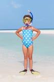 站立在海滩佩带的废气管和鸭脚板的女孩 库存图片
