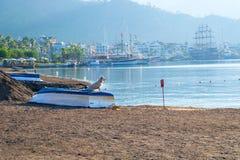 站立在海滩的一条小船的狗马尔马里斯港 库存图片