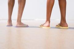 站立在海滩的两个人 库存照片