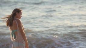 站立在海滩的哀伤的女孩 影视素材