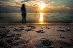 站立在海滩的图 库存图片