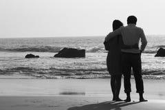 站立在海滩的夫妇 免版税库存图片