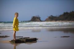 站立在海滩的女孩 免版税库存照片