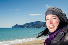 站立在海滩的妇女 免版税库存照片