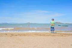 站立在海滩的小男孩在3月Menor附近 库存照片