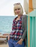 站立在海滩的少妇 免版税库存照片