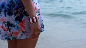 站立在海洋的岸的礼服的女孩 股票视频