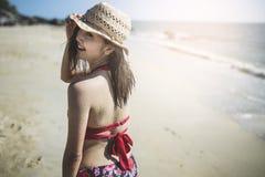 站立在海滩的愉快的妇女 免版税库存照片
