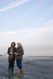 站立在海滩的成熟妇女 免版税库存图片