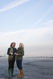 站立在海滩的成熟妇女 免版税库存照片