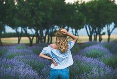 站立在淡紫色领域,伊斯帕尔塔,土耳其的少妇旅行家 免版税库存照片