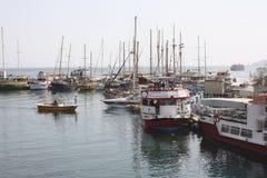 站立在港口的游艇 免版税库存图片