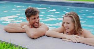 站立在游泳场4k边缘的夫妇  股票视频
