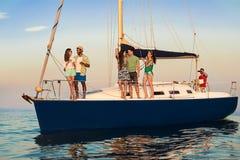 站立在游艇的青年人 免版税库存照片
