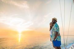 站立在游艇的年轻夫妇 库存图片