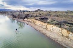 站立在湖的paddleboard -鸟瞰图 库存照片