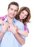 站立在演播室的年轻有吸引力的夫妇 免版税图库摄影