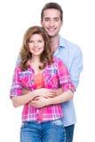 站立在演播室的年轻有吸引力的夫妇 免版税库存图片