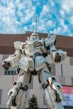 站立在潜水者城市东京广场建筑物,日本地标和普遍前面的流动衣服Gundam独角兽旅游attrac的 免版税库存图片