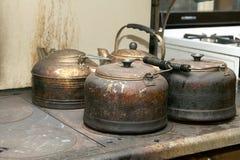 站立在火炉的老水壶 库存照片