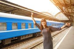 站立在火车站的平台的美丽的少妇 库存图片