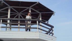 站立在灯塔的少妇 美好的横向 股票录像