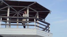站立在灯塔的少妇 美好的横向 股票视频