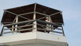站立在灯塔的少妇 美好的横向 影视素材