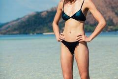 站立在热带海滩的亭亭玉立的少妇 库存图片