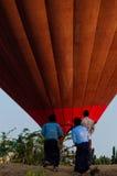 站立在热空气前面的亚裔人迅速增加在Bagan 库存照片