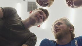 站立在照相机上的圈子的四人的面孔 r 股票录像