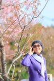 站立在狂放的喜马拉雅che的美丽的亚裔妇女画象  免版税库存照片