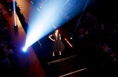 站立在狭小通道的美好的年轻模型在时装表演 时装表演在斯洛伐克, Ruzomberok,日期9月10日 库存照片