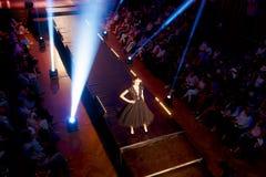 站立在狭小通道的美好的年轻模型在时装表演 时装表演在斯洛伐克, Ruzomberok,日期9月10日 库存图片